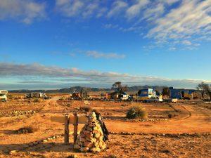 Einsame Hochebene bei Yecla im Osten Spaniens mit vereinzelten Wohnmobilen